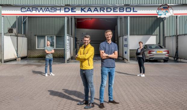 <p>Henri en Joost (voorop) nemen de carwash over van de familie Weideman.</p>