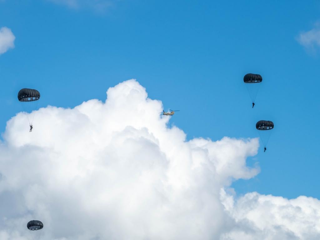 Dit jaar heeft een primeur, er wordt tijdens de oefening voor het eerst geoefend parachutisten die springen uit helikopters met een zogeheten 'static line'. Daarbij zit een lijn vast tussen de parachutist en de helikopter. Diana Vivas © BDU Media