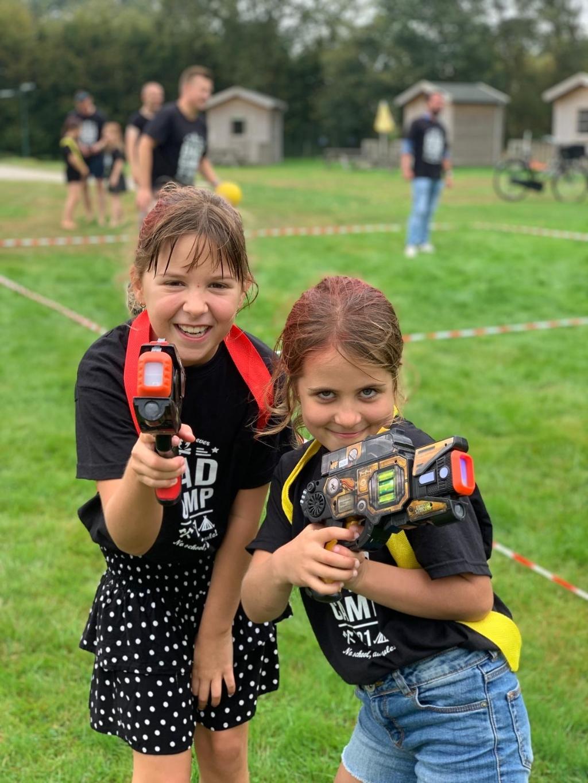 De meiden deinzen niet terug voor een stel jongens met laserguns David Jacobs © BDU media
