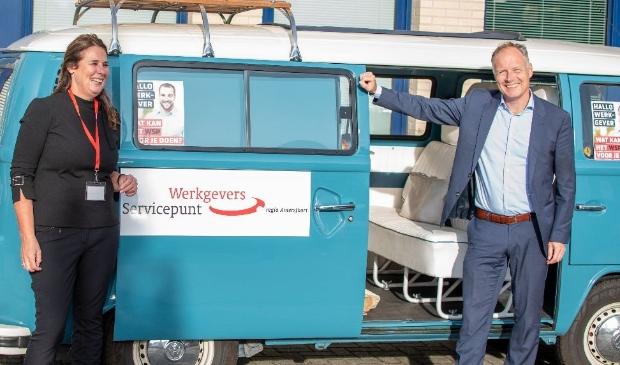 <p>Wethouder Patrick Kiel van economische zaken poseert bij de 'vintage' Volkswagenbus'.</p>