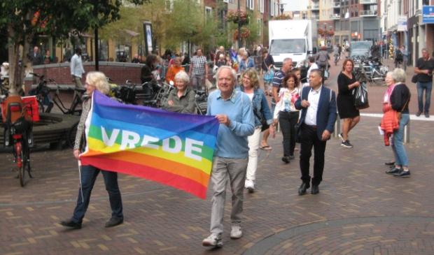 <p>Deelnemers aan de vredesmars van Pax Christi trokken zaterdag door het centrum van Veenendaal.</p>