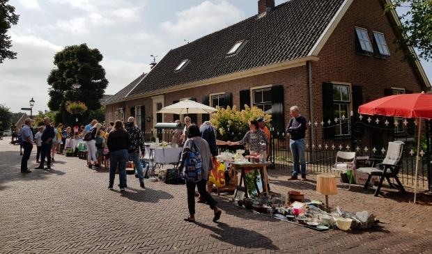 Kleedjesverkoop tijdens de jaarlijkse Stevensmarkt in Werkhoven
