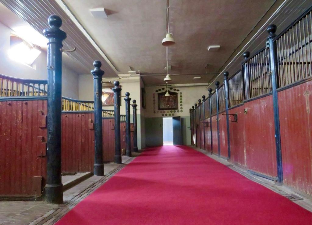 de Koninklijke Stallen met de nissen en een rode loper Onno Wijchers © BDU media