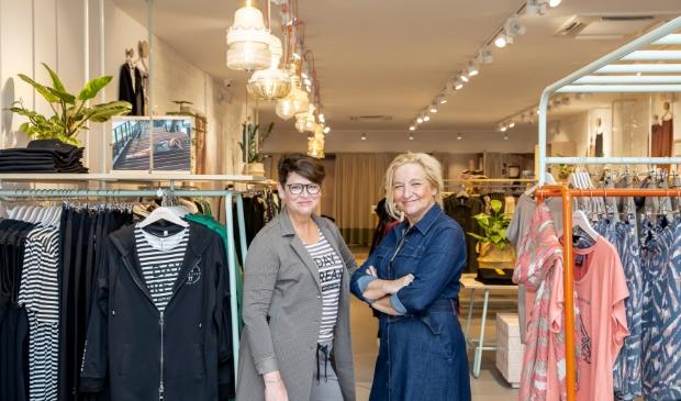 <p>Carla (r) en Wilma in de shop aan de Hoofdstraat 59 in Veenendaal.</p>