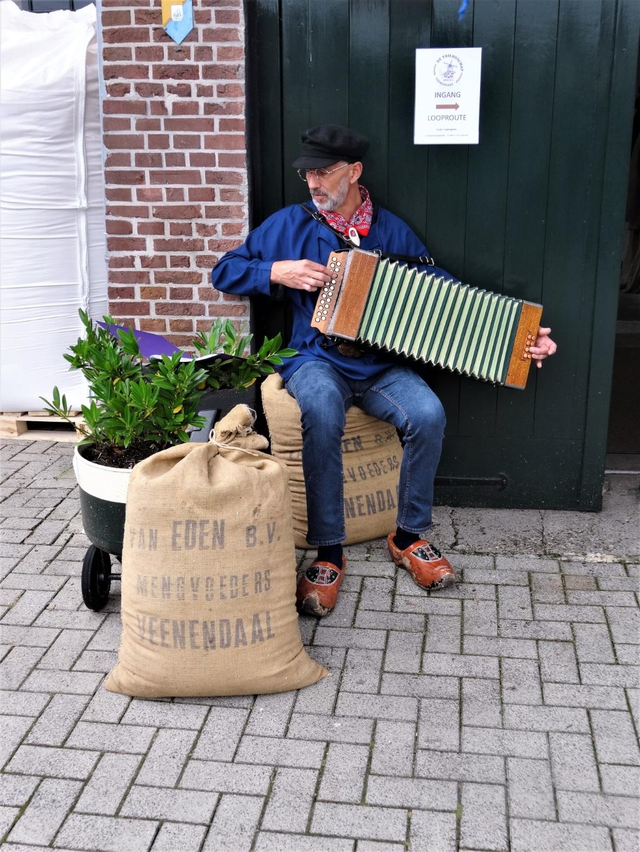 Muzikaal onthaal bij de ingang van de molen op een accordeon uit 1926. Pieter Vane © BDU Media