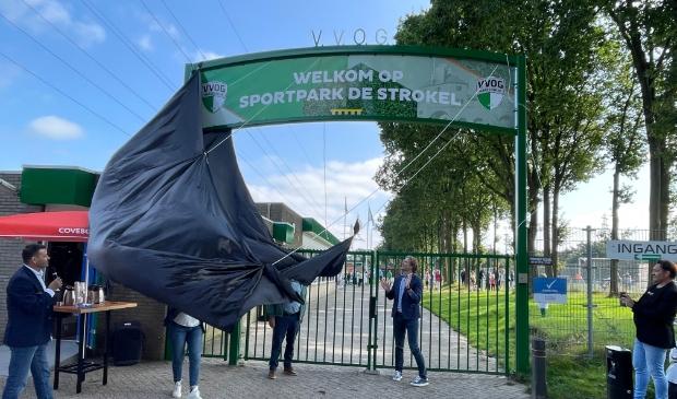 Wethouder Marcel Companjen en erelid Bert Hoeve openden het vernieuwde sportpark.
