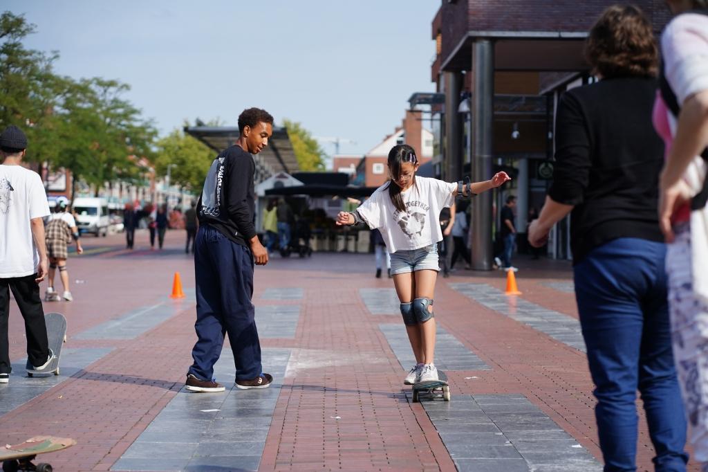 Ook werd er skateboardles gegeven op het plein.  Naomi Heidinga © BDU media