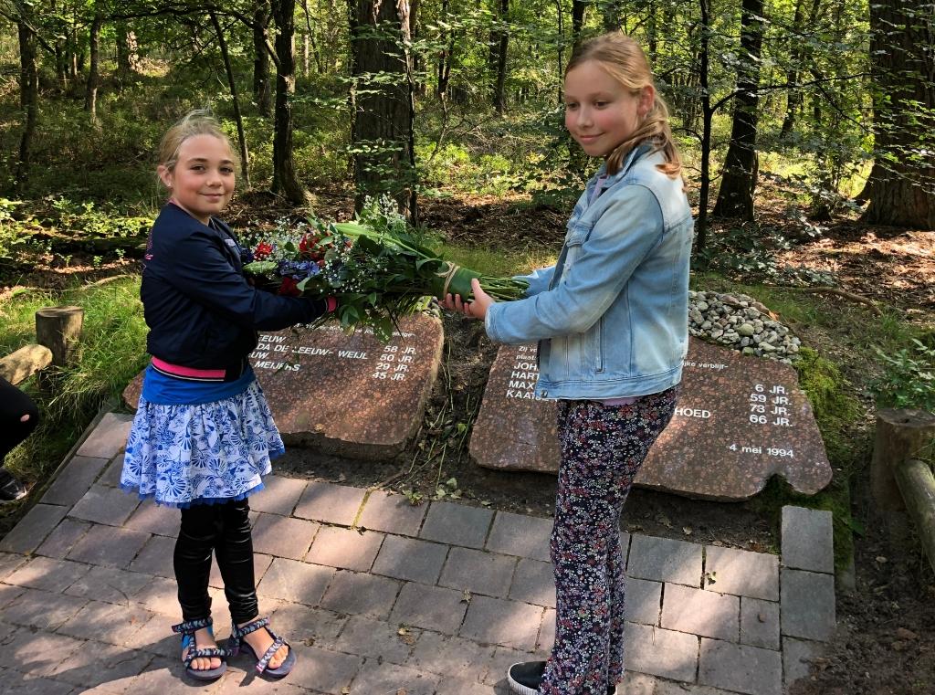 Leerlingen legden bloemen bij het monument voor de doodgeschoten mensen. Wijnand Kooijmans © BDU Media