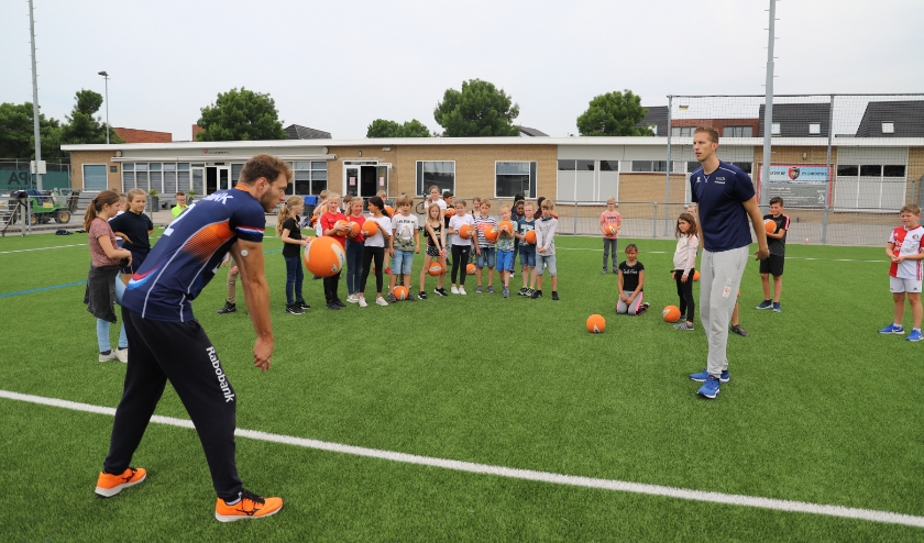 Leerlingen van De Eendragt kijken vol bewondering naar Wessel Keemink (links) en Christiaan Varenhorst.