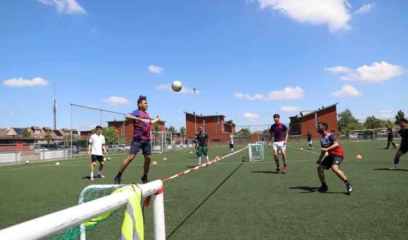 Spelers van de selectie van Moordrecht vermaken zich op de laatste training van het seizoen met een spelletje voetvolley.
