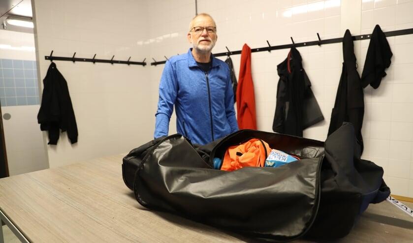 """Piet Coevert in een kleedkamer: """"Bij de senioren kunnen hier met de anderhalf meter maar zes man in."""""""