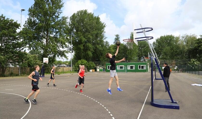 Bouncers JO18-2 traint op het asfaltveld van Vires in Gouda. (tekst en foto: Erik van Leeuwen)