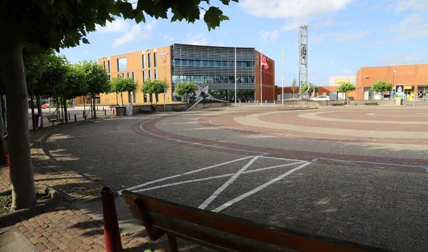 Door de holle entree omarmt het gemeentehuis het ronde Raadhuisplein.