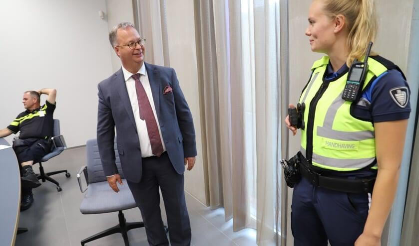 Burgemeester Weber krijgt van boa Kirsten van Leeuwen uitleg over de bodycam.