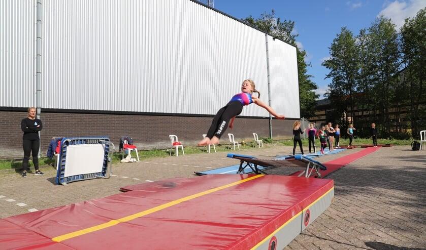 Stephanie Hofman kijkt toe hoe één van haar pupillen een sprong vanaf de trampoline maakt.