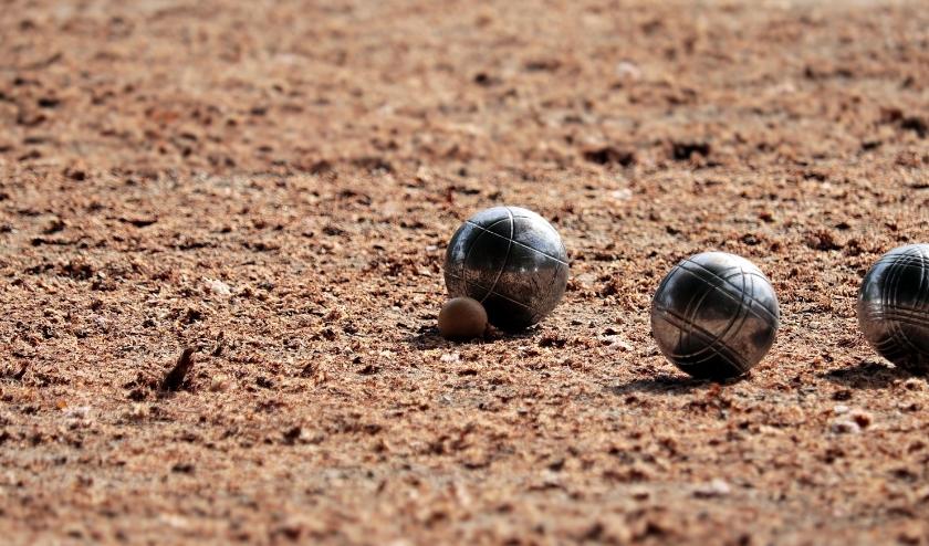 De but, op de foto tegen de linkse bal 'aangeplakt', mag niet meer door alle spelers worden aangeraakt. (foto: Pixabay)