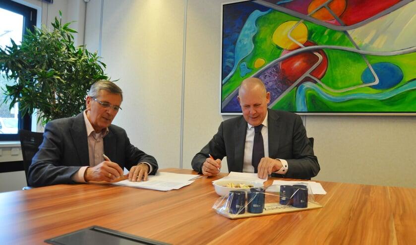 Voorzitter Rinus Bosman van stichting Hospice-Elim en wethouder Jan Hordijk zijn respectievelijk 'dankbaar' en 'blij' met de voortgang van het project.