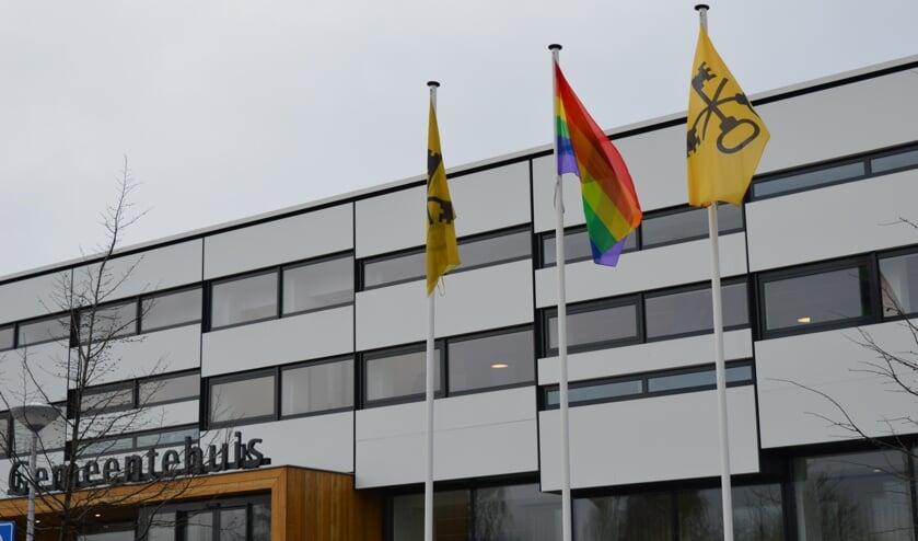 <p>De Regenboogvlag wapperend bij het gemeentehuis, hier in 2019.</p>