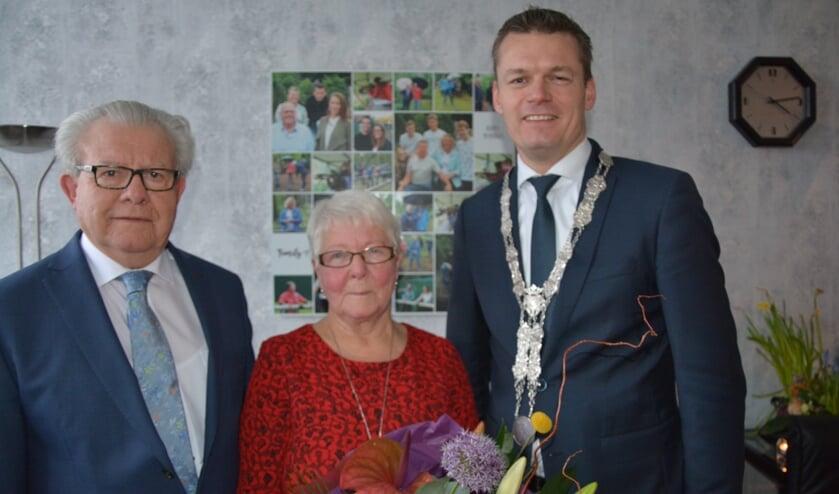 Het echtpaar Van der Bas werd door de burgemeester gefeliciteerd. (foto en tekst: Ruud Groot)