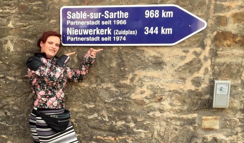 In Bückeburg hangen ook borden met daarop de afstand naar Nieuwerkerk aan den IJssel, weet SP-raadslid Serena Rodenburg uit ervaring.