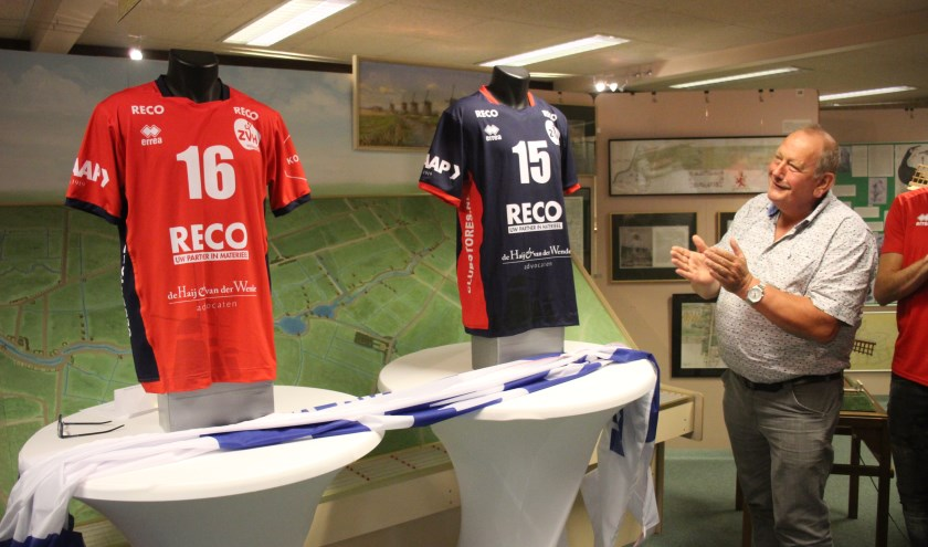 Molenaar Johan Ottevanger 'onthulde' de shirts. (foto en tekst: Erik van Leeuwen)