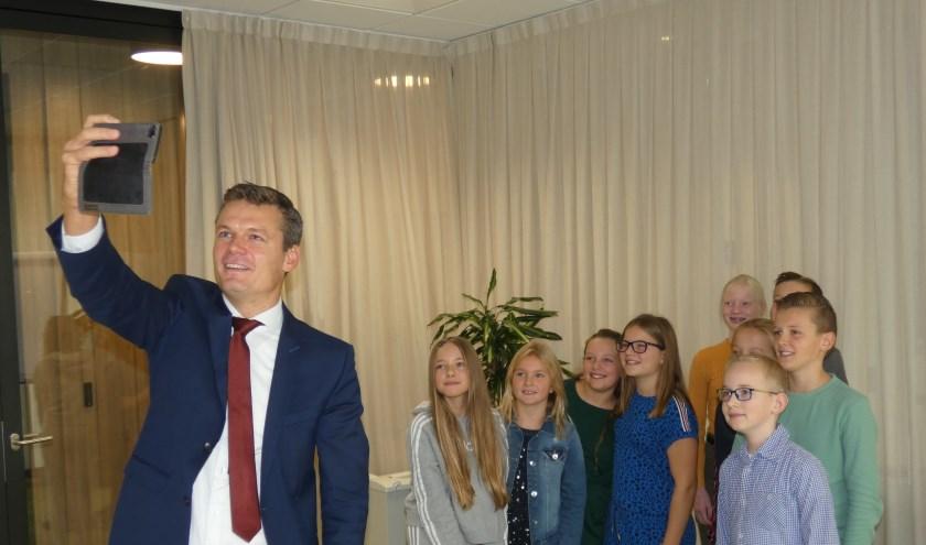 De burgemeester liet de kans niet voorbij gaan om een selfie te maken met de achtstegroepers.