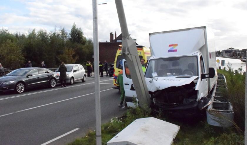 Op de Henegouwerweg kwamen vier voertuigen met elkaar in botsing. (foto: AS Media)