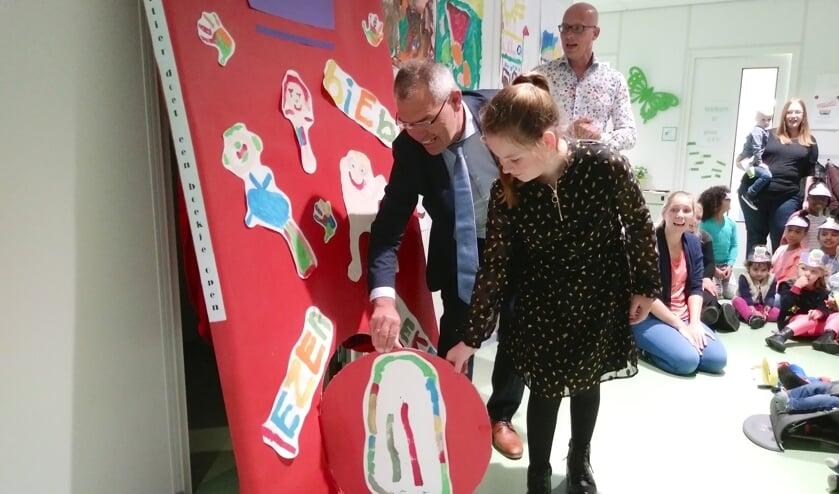 Wethouder Jan Verbeek en kinderburgemeester Vienne Zwarteveld kropen de kinderen na het officiële gedeelte achterna.