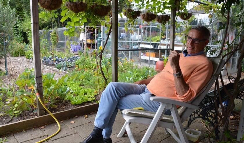 Hans Ros is in zijn element in de Moes-Tuin aan de Jacob Catslaan. (foto's en tekst: Nicole Lamers)