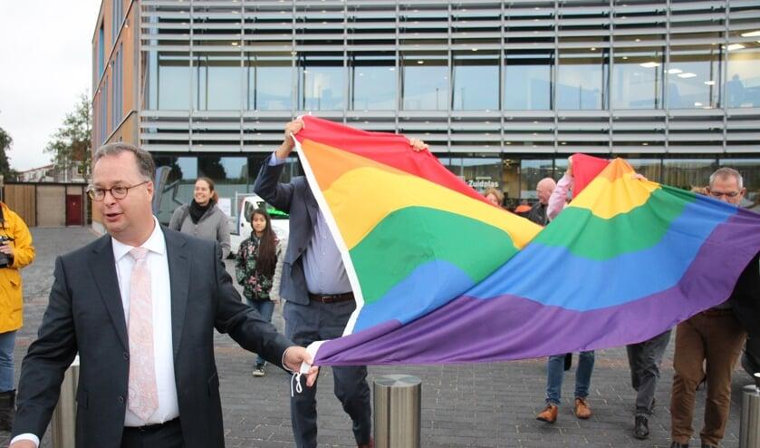 Han Weber voltrok met het hijsen van de vlag een van zijn eerste officiële handelingen als burgemeester.