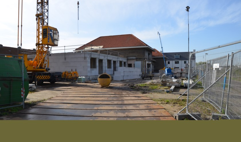 De voormalige basisschool wordt omgevormd tot woningen. (foto: Nicole Lamers)