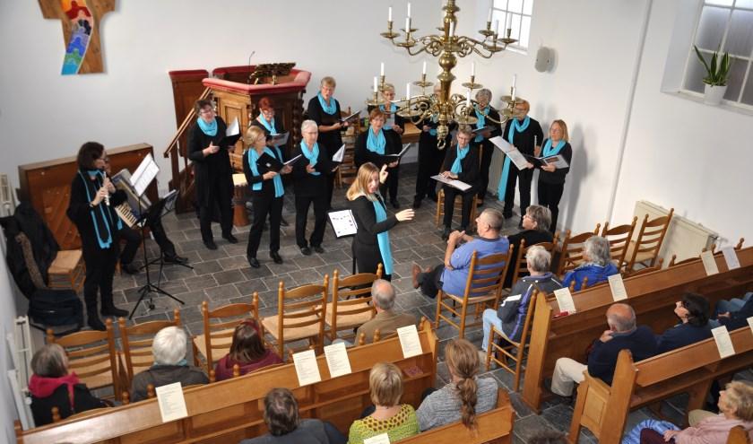 """""""Meezingen mag"""", zo spoorde dirigent Luc Ket van Singend Goetje het publiek in het kleine kerkje aan de Dorpsstraat aan. (foto: Judith Rikken)"""