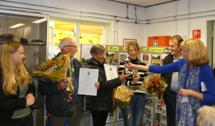 Jan Hoogerbrug, Hennie Vis en Rianne Kanters kregen van Ellen van Helden ook nog een beker uitgereikt.