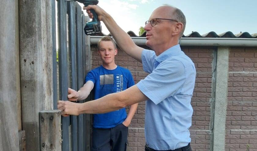 Dirk Baron en zijn zoon Harm plaatsten samen een schutting bij een alleenstaande dame die om hulp had gevraagd via HiP. (foto: pr)