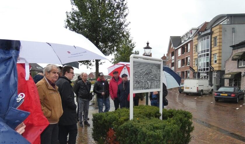 Leden van het Historisch Genootschap maakten een tour langs een aantal vertelbanken.