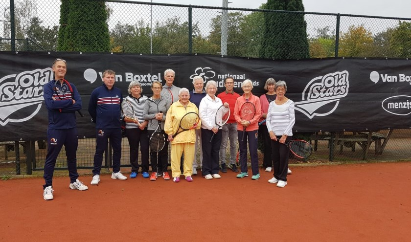 De deelnemers aan de Old Star Tennis Clinic.