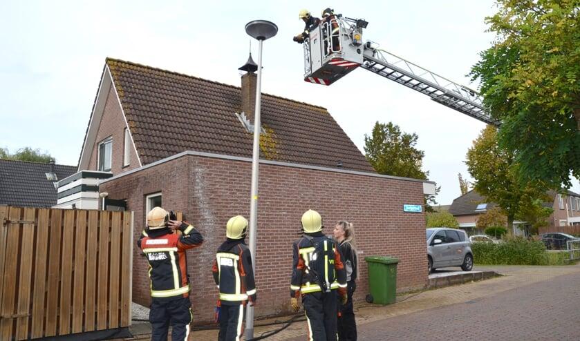 Met een warmtebeeldcamera zoekt de brandweer naar hotspots in het dak. (foto: Judith Rikken)