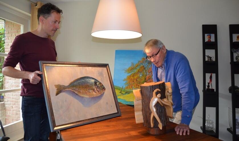 Links Erik van Elven die een werk toont dat hij onlangs liet zien bij de Open Atelier Route in Waddinxveen.