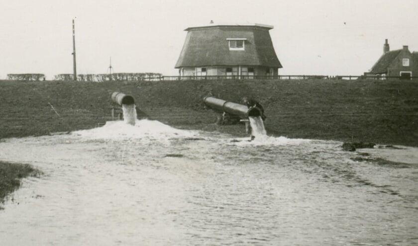 Inundatie 1944 uit de Ringvaart, gezien vanaf de Onderweg in Zevenhuizen.