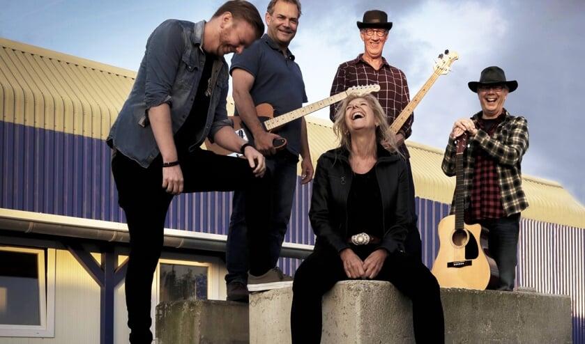 Nico Heesterman (tweede van rechts) - Moerkapellenaar en initiatiefnemer van Rock Moer - is bassist van de band Rosy Finch.