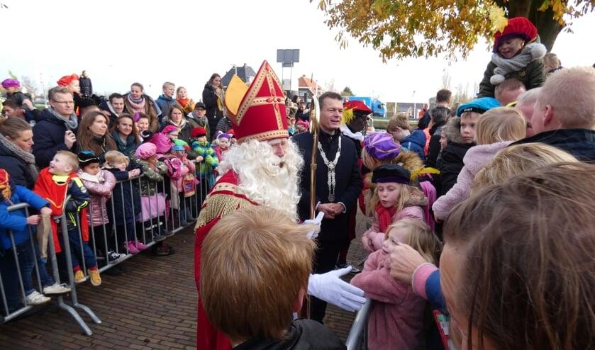 Sinterklaas schudde vele handen. (foto en tekst: Annette van den Berg)