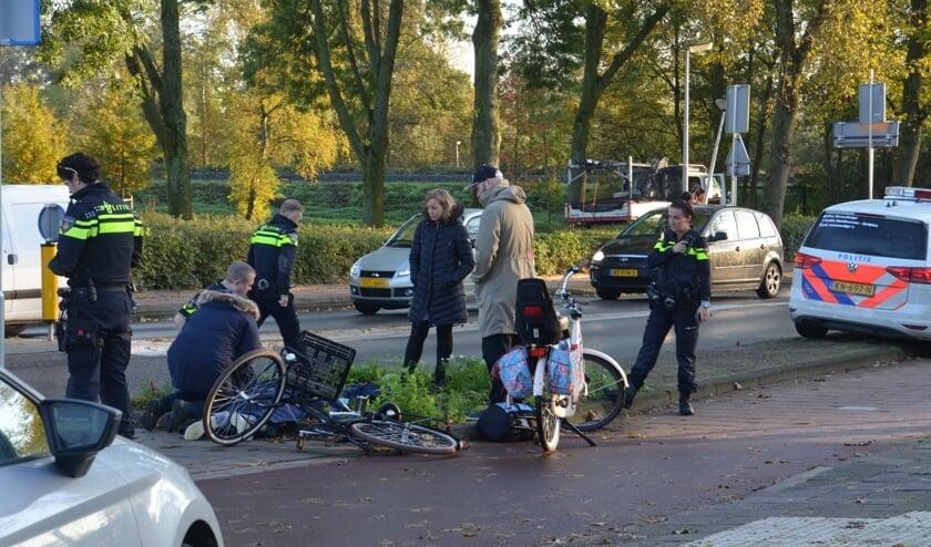 Op de rotonde aan de Beethovenlaan werd een jonge fietser aangereden. (foto: Rob de Jong/ 112hm.nl)