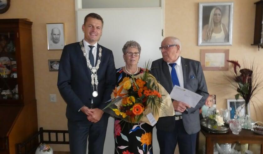Corry en Gerard Thuis werden gefeliciteerd met hun 60-jarig huwelijk. (foto en tekst:  Annette van den Berg)