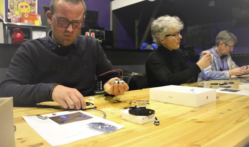 Tien inwoners zetten maandag een eigen fijnstofmeter in elkaar in 't Blok. (foto en tekst: Erik van Leeuwen)