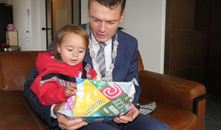 De 29.000ste inwoner kreeg een cadeautje van de burgemeester. (tekst en foto: Annette van den Berg)