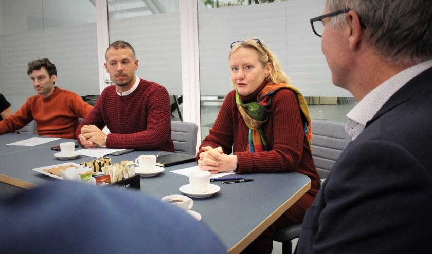 Antoinette Laan liet zich informeren over de manier waarop Zuidplas overbelaste mantelzorgers ondersteunt.