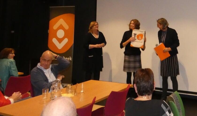 Mirjam Nieuwenhuis was in de Waddinxveense bibliotheek de winnaar van het Groot Dictee. (foto en tekst:  Annette van den Berg)