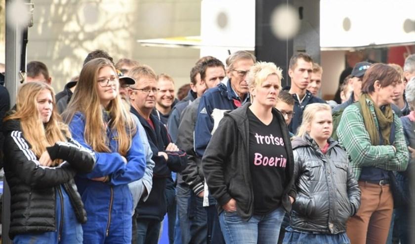Boeren volgden de vergadering vorige week via schermen op het binnenplein van het provinciehuis. (foto: Provincie Zuid-Holland)