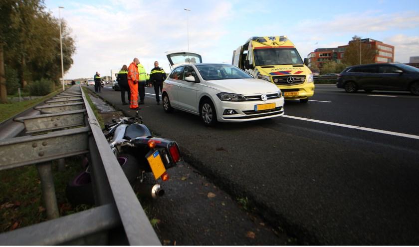 Op de A12 ter hoogte van Waddinxveen ging een motorrijder onderuit. (foto:AS Media)