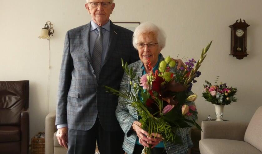 Het echtpaar Van Nielen is 60 jaar getrouwd en werd gefeliciteerd door burgemeester Nieuwenhuis.